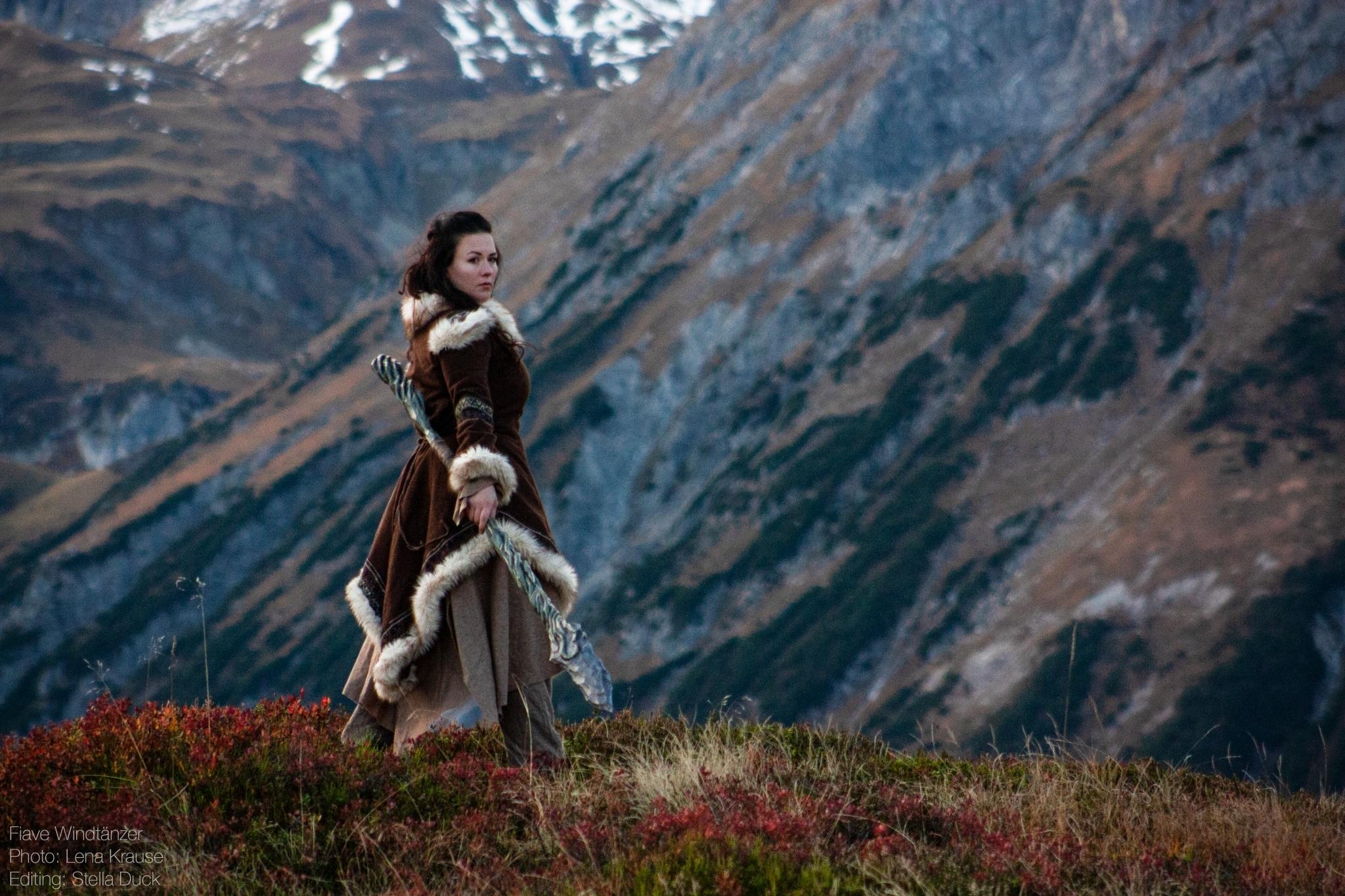 LARP-Charakter Fiave Windtänzer steht vor der Berglandschaft des Arlbergs © Stella Duck & Lena Krause