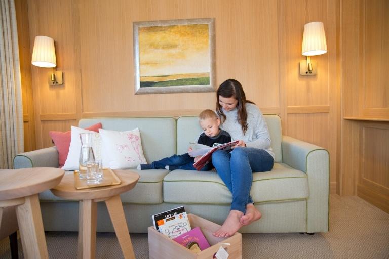 Literatur im Wohnzimmer der Platin Suite des 5-Sterne Hotels Sonnenburg in Lech