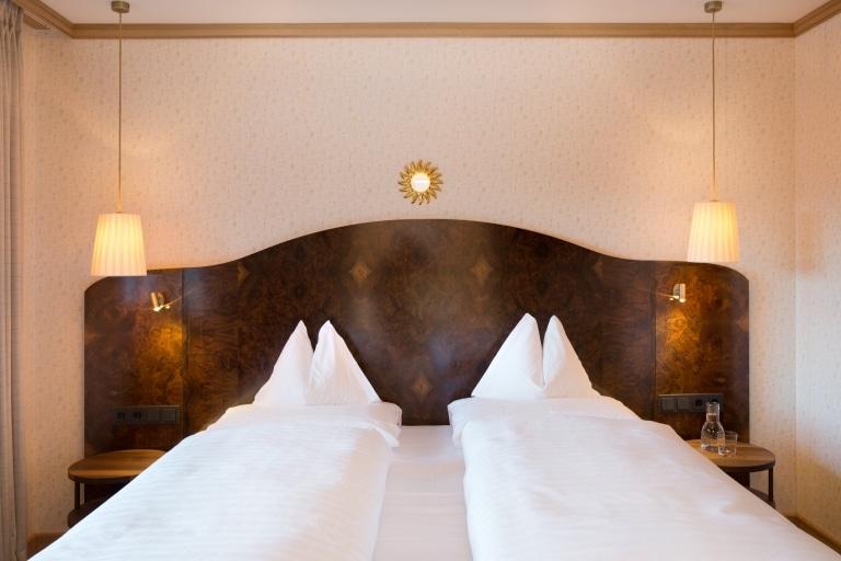 Luxuriöses Doppelbett bestehend aus zwei Boxspringbetten im 5 Sterne Hotel in Lech am Arlberg