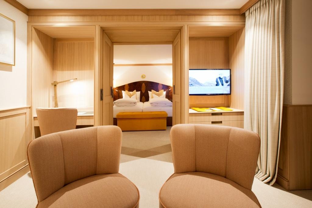 Blick über die gesamte Gold Junior Suite im Hotel Lech Sonnenburg