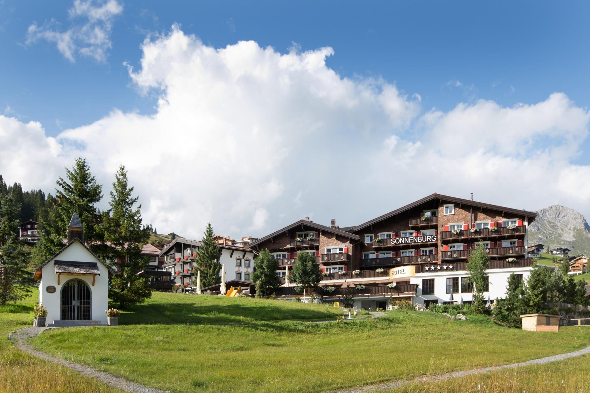 Die Sonnenburg in Oberlech am Arlberg ist das optimale Familienhotel zum Wandern in Österreich