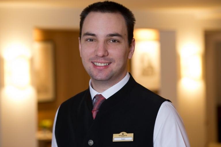 Front Office Manager Ivan Hrvatin im Hotel Sonnenburg Oberlech