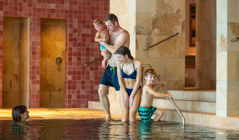 In der Sonnenburg, Ihrem 5-Sterne-Familienhotel mit Schwimmbad am Arlberg, können Sie mit der ganzen Großfamilie Urlaub machen