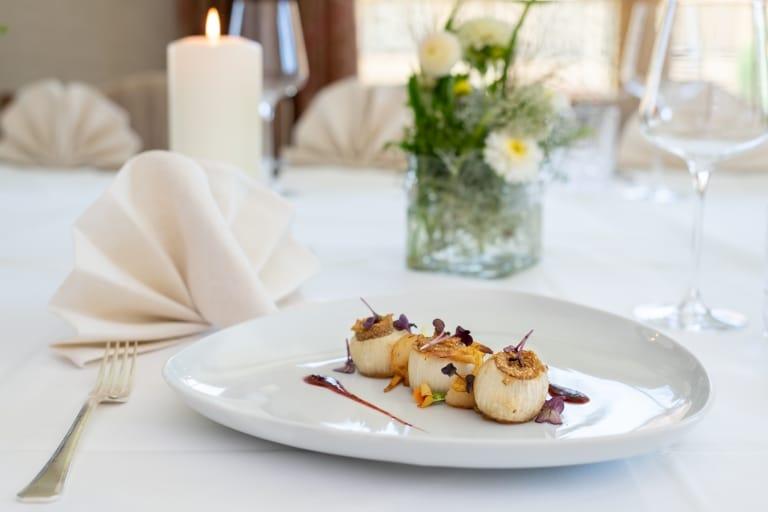 Die Kulinarik im 5-Sterne-Hotel Sonnenburg geht gerne auf Gäste ein, die sich vegetarisch, vegan, glutenfrei, laktosefrei oder gar von Rohkost ernähren