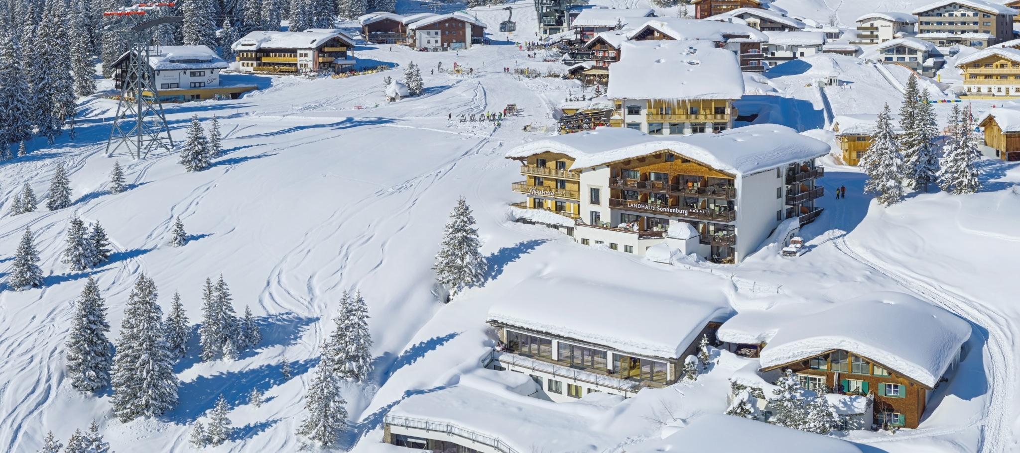 Außenansicht des 4-Sterne Superior Hotel Lech Landhaus Sonnenburg im Winter