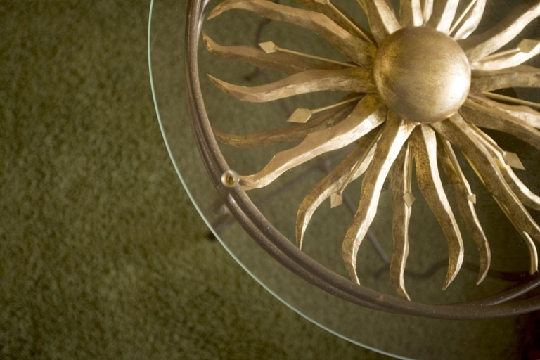 Tisch mit goldener Sonne im Landhaus Sonnenburg Lech