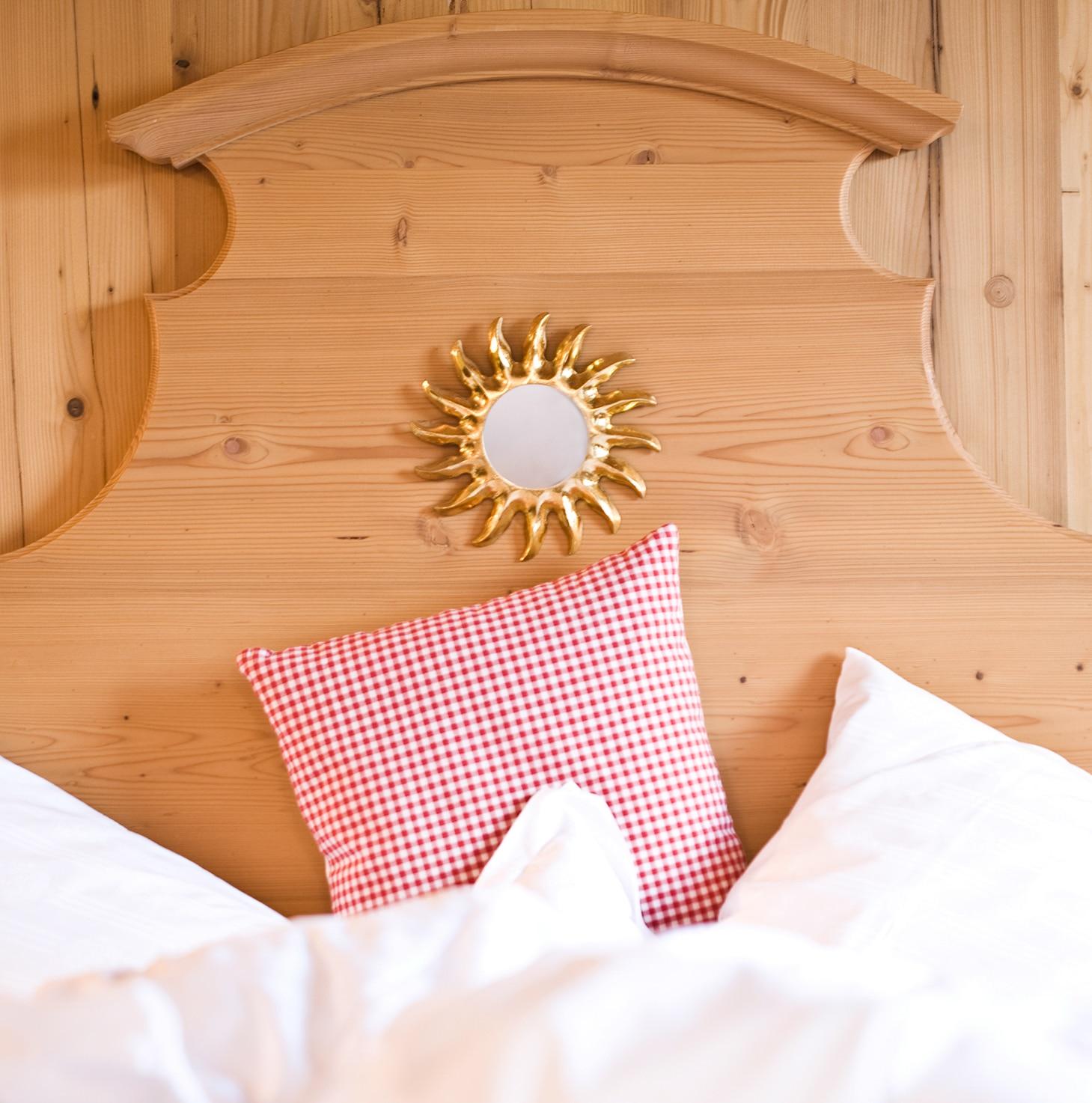 Kuscheliges Bett im 4-Sterne-Superior Hotel Lech