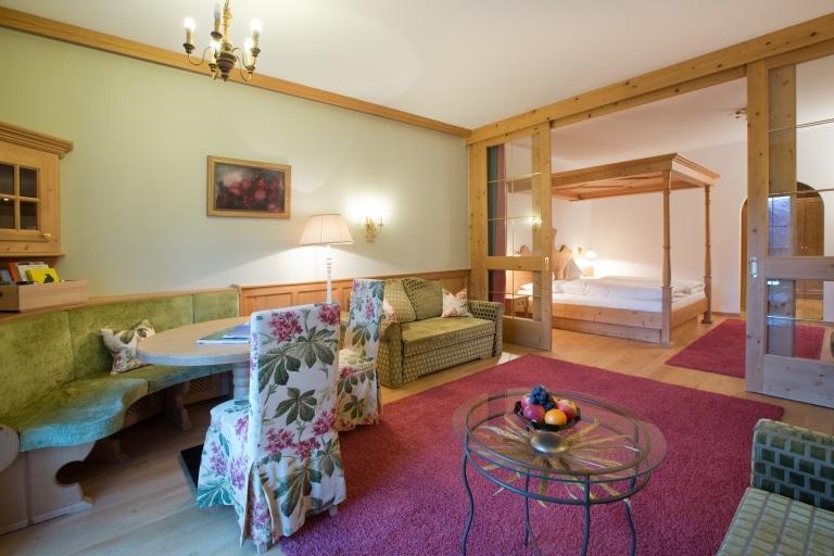 Blick über die Junior Suite des Vier Sterne Superior Hotel Lech Landhaus Sonnenburg
