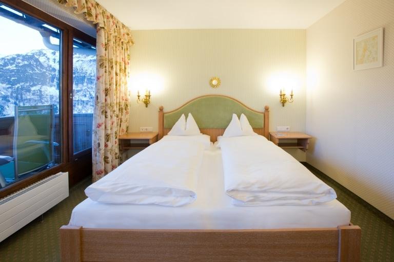 Hochwertiges Doppelbett im Landhaus Sonnenburg Doppelzimmer in Oberlech am Arlberg