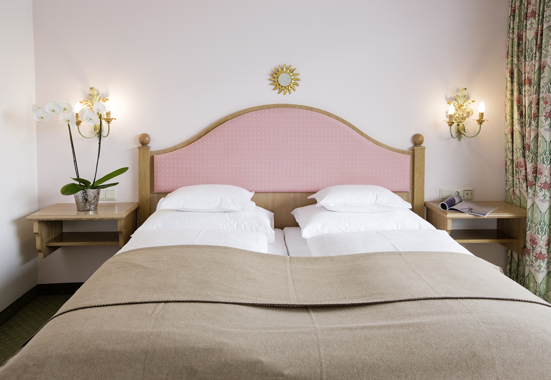 Bett im Doppelzimmer Lech am Arlberg im Landhaus Sonnenburg