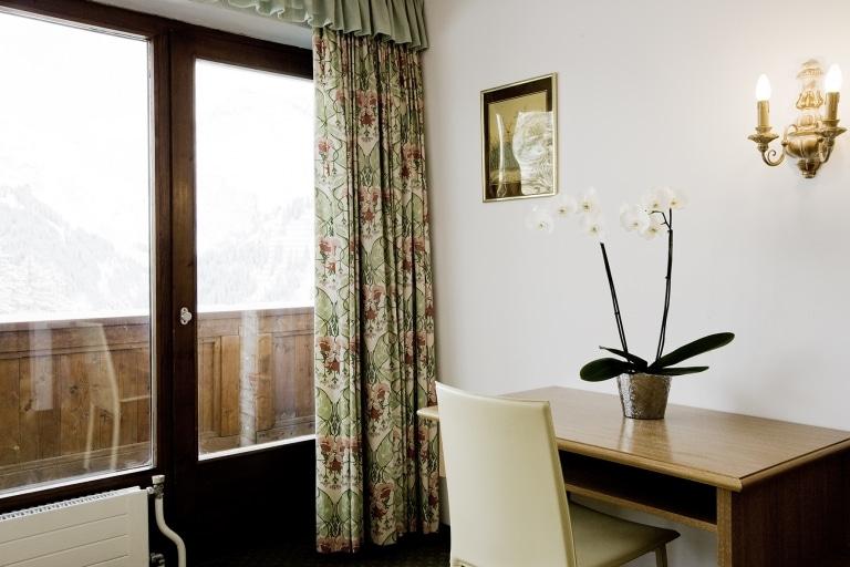 Schreibtisch im 4-Sterne Superior Familienhotel Sonnenburg am Arlberg
