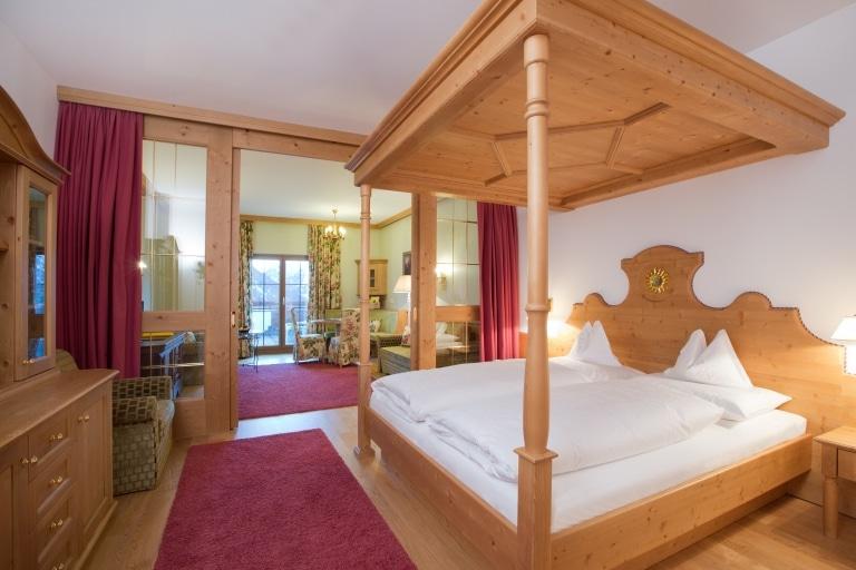 Blick über die Junior Suite des 4 Sterne Superior Hotel Lech Landhaus Sonnenburg