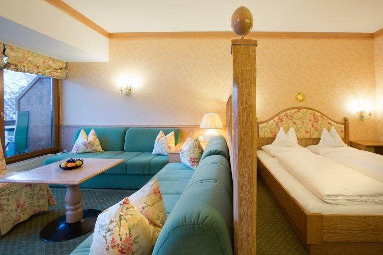 Komfort Doppelzimmer in Lech am Arlberg im Landhaus Sonnenburg mit Doppelbett und Sitzmöbeln