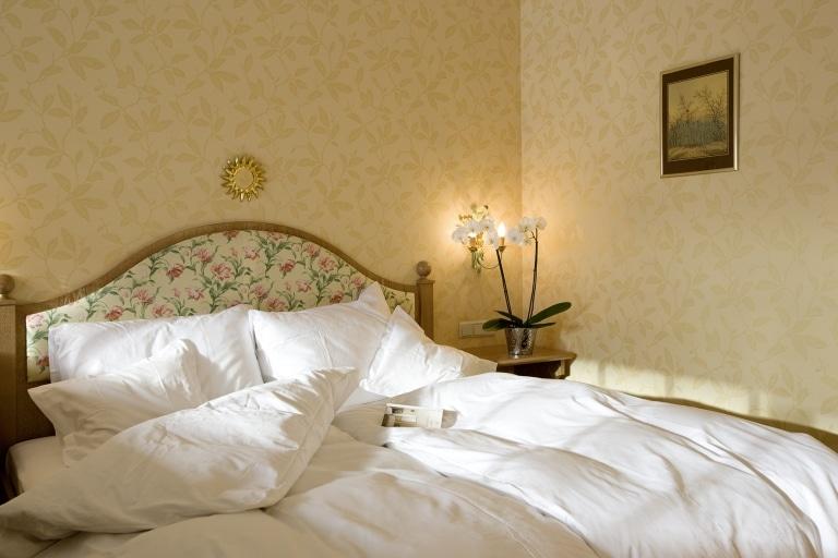 Bequemes Doppelbett im 4 Sterne Superior Hotel Lech Landhaus Sonnenburg am Arlberg