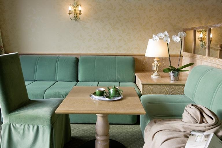 Gemütliches Wohnzimmer mit Sofa und Sesseln im Komfort Doppelzimmer Lech des 4-Sterne Superior Landhaus Sonnenburg
