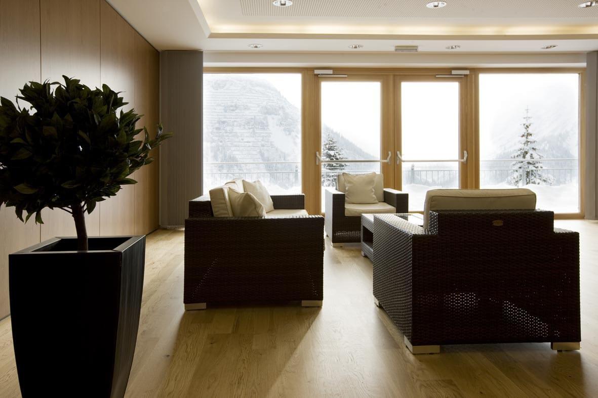 Gemütlicher Loungebereich im Kongresszentrum des Sonnenburg Tagungshotel Lech am Arlberg