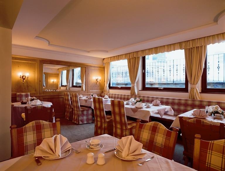 Frühstücksraum des 4-Sterne Superior Hotel Lech Landhaus Sonnenburg