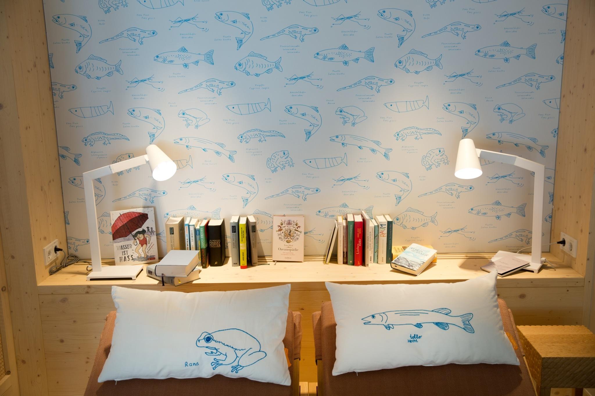 Schwimmbad-Bibliothek im Hotel Sonnenburg in Lech am Arlberg