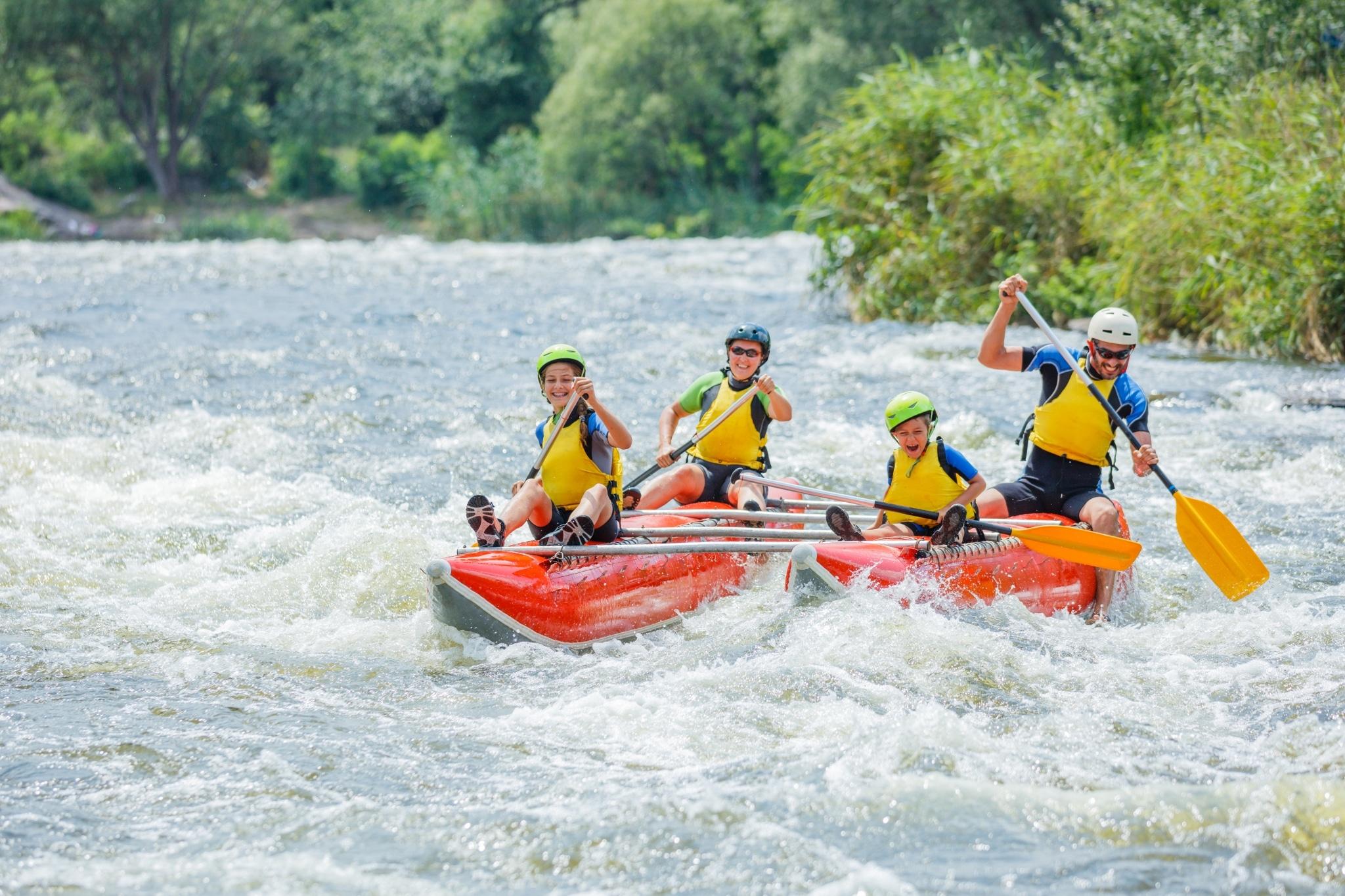 Spaß beim Rafting haben Familien in Österreich auf dem Lech beim Familienurlaub in den Bergen