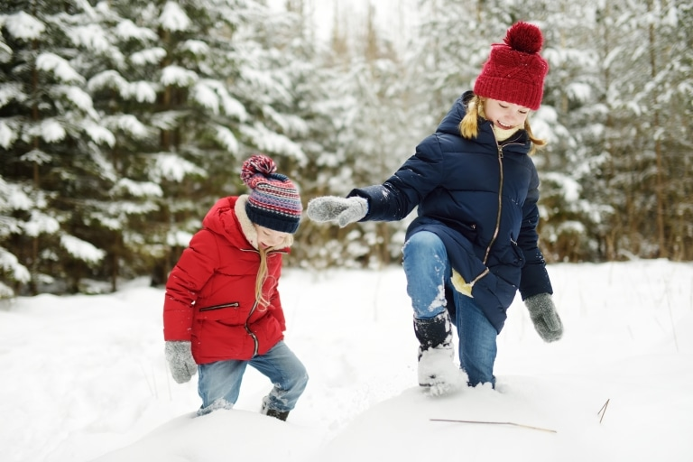 Symbolbild Winterwandern Oberlech: zwei kleine Mädchen mit Wollmützen beim Winterwandern nahe dem 5 Sterne Hotel Sonnenburg