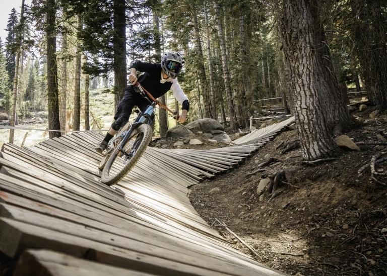 Downhiller und Mountainbiker finden in Lech am Arlberg fordernde, steile Routen