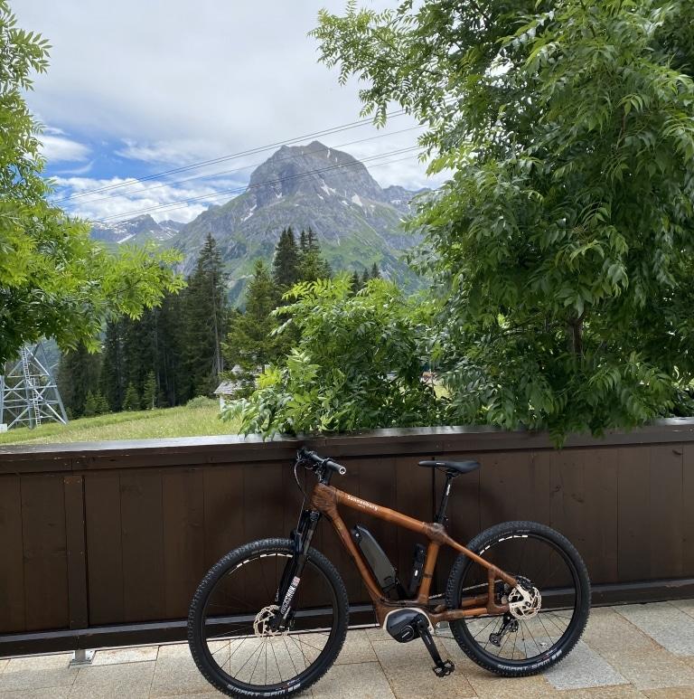 Gerade in Lech am Arlberg sind sie beliebt, die Bambus E-Bikes