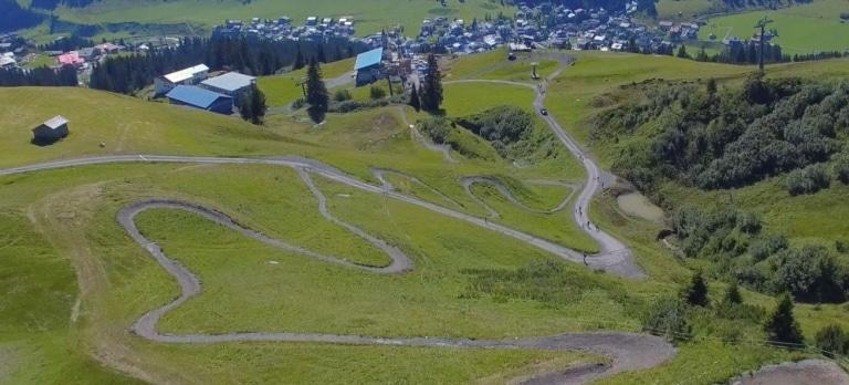 Sicht auf den Burgwaldtrail in Oberlech am Arlberg