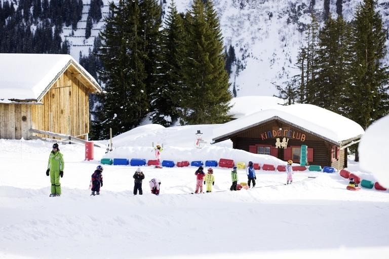 Am Kinderhang können die Kleinen Skifahren. Familienhotel Sonnenburg in Oberlechist beliebt für seinen Kinderclub