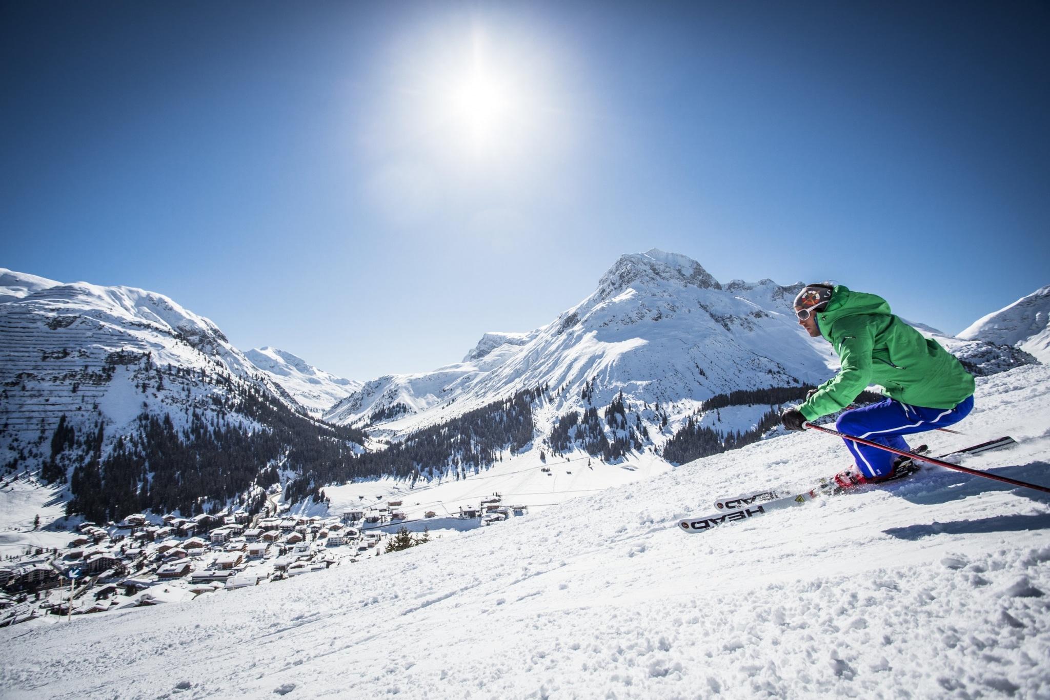 Symbolbild für Skiurlaub Oberlech: Skifahrer während einer Pistenabfahrt in Lech