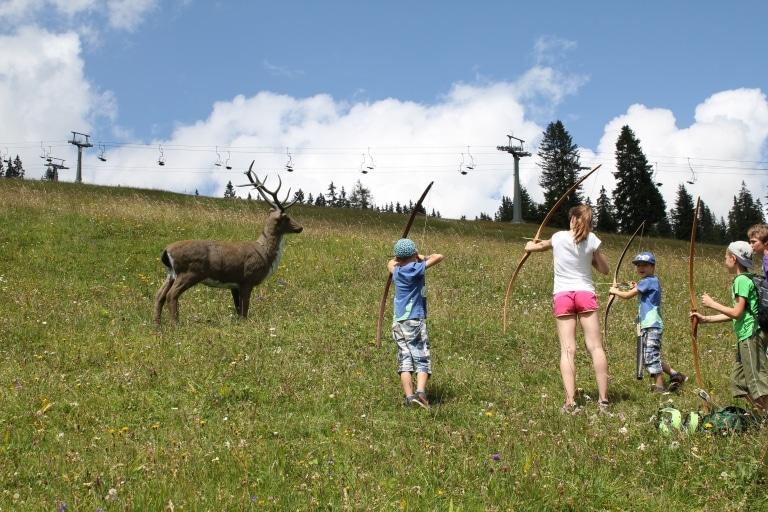 Beim Bogenschießen in Lech am Arlberg lernen Kinder Präzision und Ausdauer
