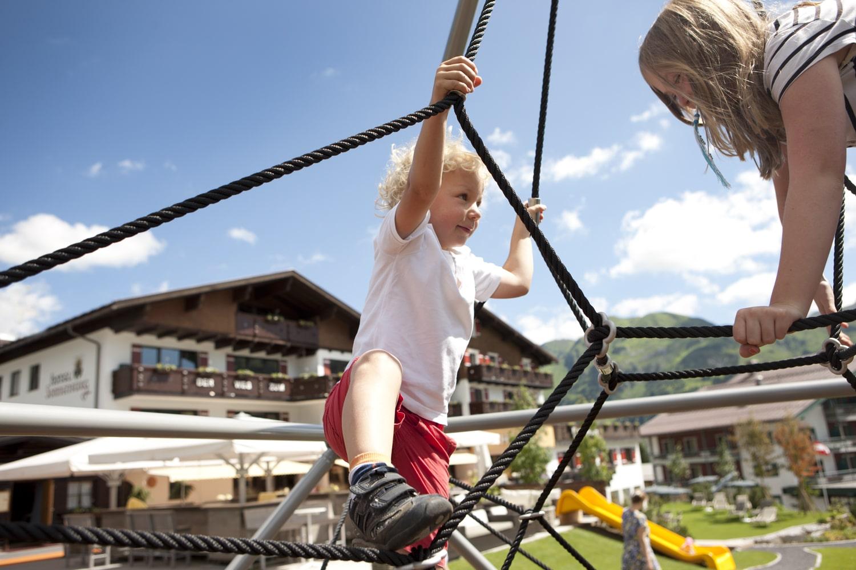 Beim Familienurlaub im Sommer in Lech am Arlberg kommen die kleinen Gäste sowohl im 5-Sterne-Stammhaus Sonnenburg, als auch im 4-Sterne Superior Landhaus Sonnenburg in Oberlech voll auf ihre Kosten