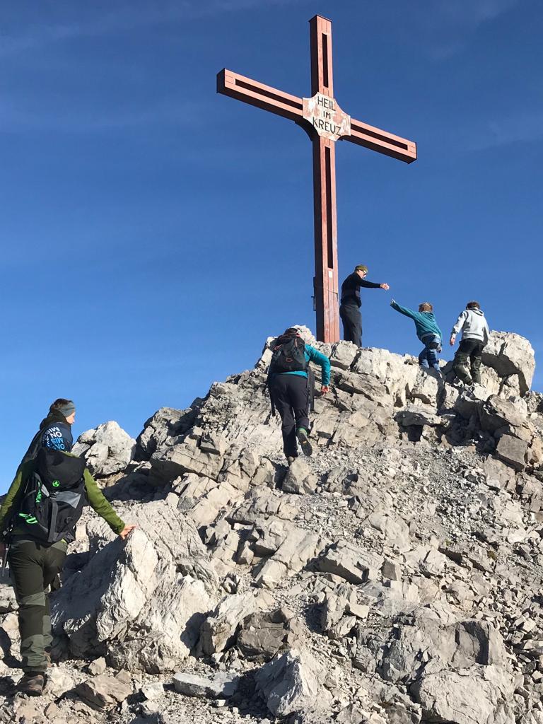 Der Gipfelaufstieg mit der ganzen Familie beim Wandern in Oberlech am Arlberg