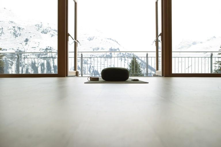 Beim Yoga in den Bergen können Sie sich voll und ganz auf sich konzentrieren.