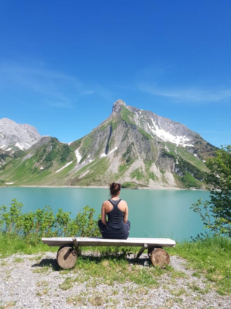 Genießen Sie Yoga inmitten der Bergwelt von Oberlech.