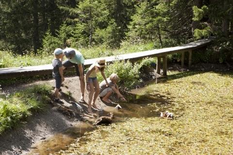 Die ganze Familie wandert gerne in Lech am Arlberg