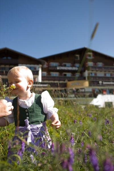 Kinder lieben es, beim Familienurlaub in der Sonnenburg mit den Bergblumen zu spielen