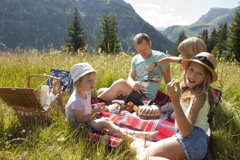 Im Familienurlaub ist das Schönste am Wandern mit Kindern in Österreich die gemeinsame Brotzeit