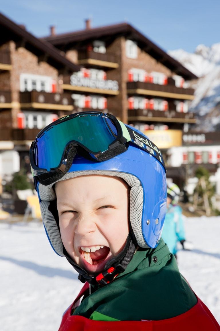 Kinder lieben es, beim Familienurlaub in der Sonnenburg im Schnee zu spielen