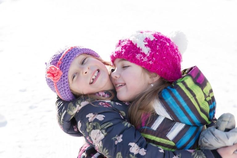 Kinder lieben es, beim Familienurlaub in der Sonnenburg gemeinsam im Schnee zu spielen
