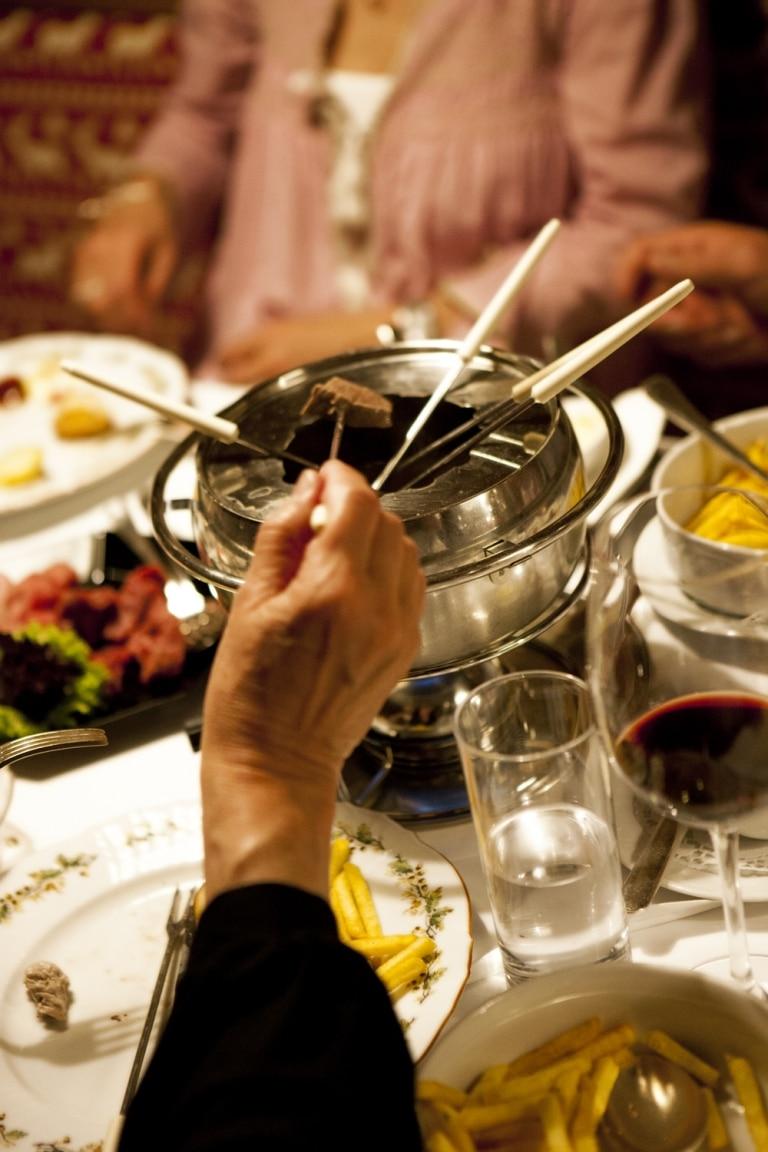 Gemeinsames Fondue essen mit der ganzen Familie