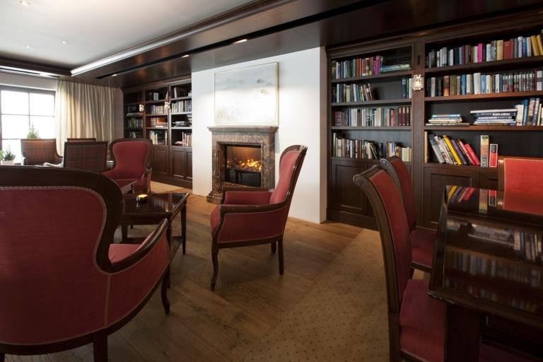Blick über die Hotel-Bibliothek des Kultur Hotel Sonnenburg