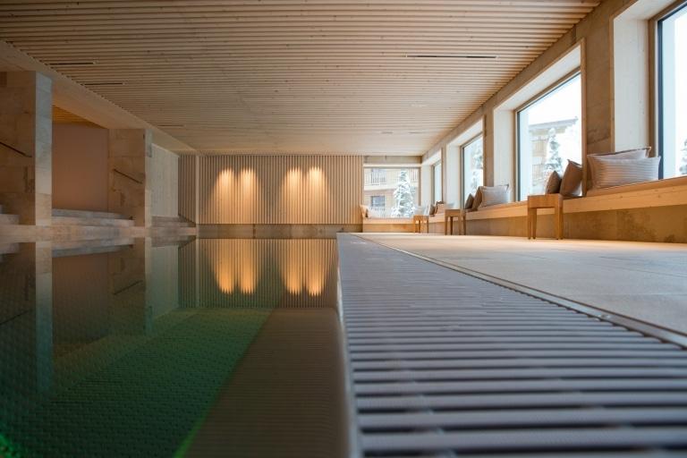 Als Hotel mit Pool lädt das Sonnenburg Hotel Oberlech ein zum Schwimmen.