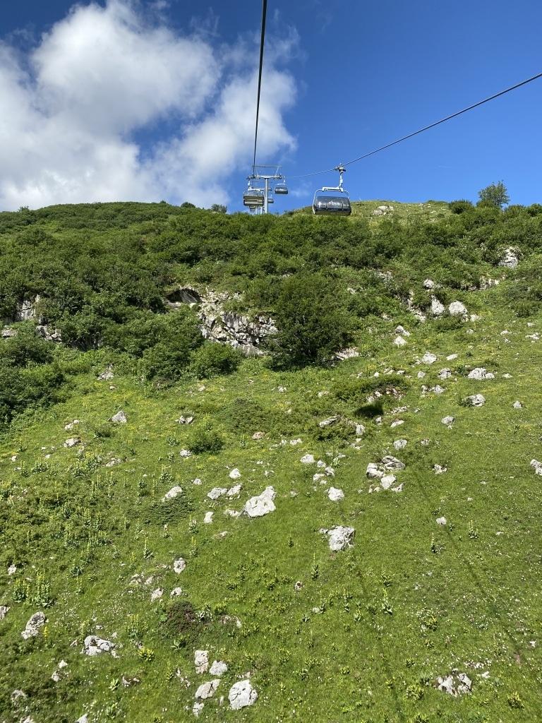 Im Urlaub in Lech am Arlberg im Sommer bringen Sie zahlreiche Bergbahnen zu den Berggipfeln