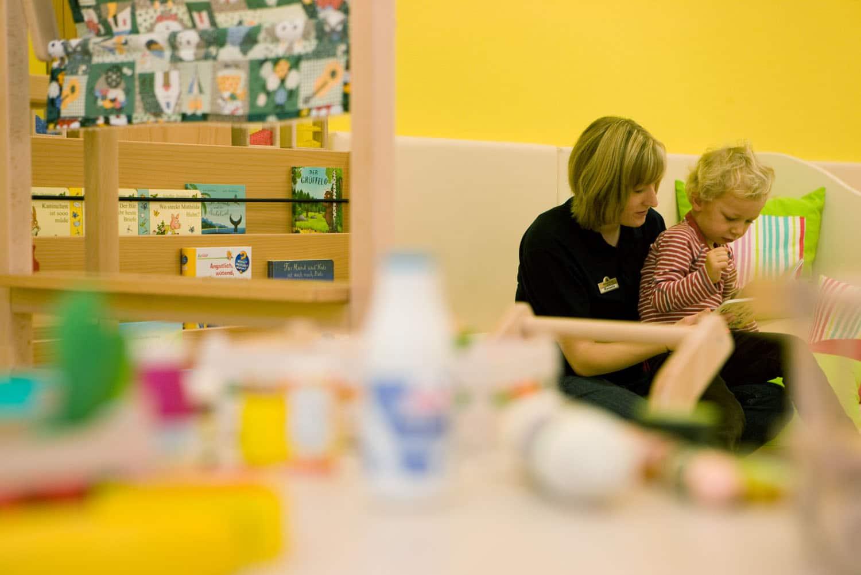 Die Kinderbetreuung im Hotel Sonnenburg ermöglicht entspannte Familienferien am Arlberg