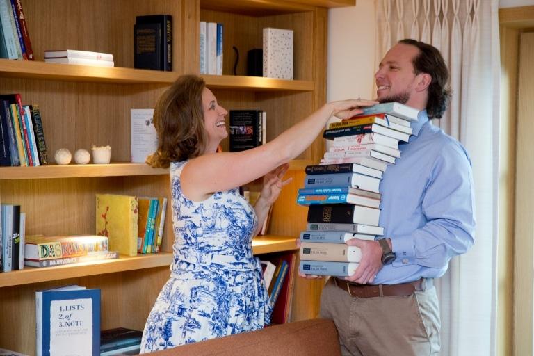 Waltraud und Gregor Hoch in der Hotel-Bibliothek des Literaturhotel Sonnenburg in Oberlech am Arlberg