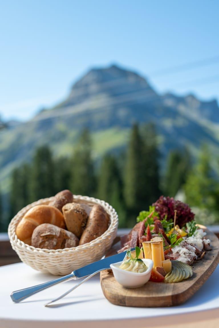 Zu Mittag speisen Sie auf der Sonnenterrasse der Sonnenburg typisch alpin, am Nachmittag servieren wir Ihnen hausgemachte Mehlspeisen mit einzigartiger Aussicht auf die Gipfel der Lecher Bergwelt.