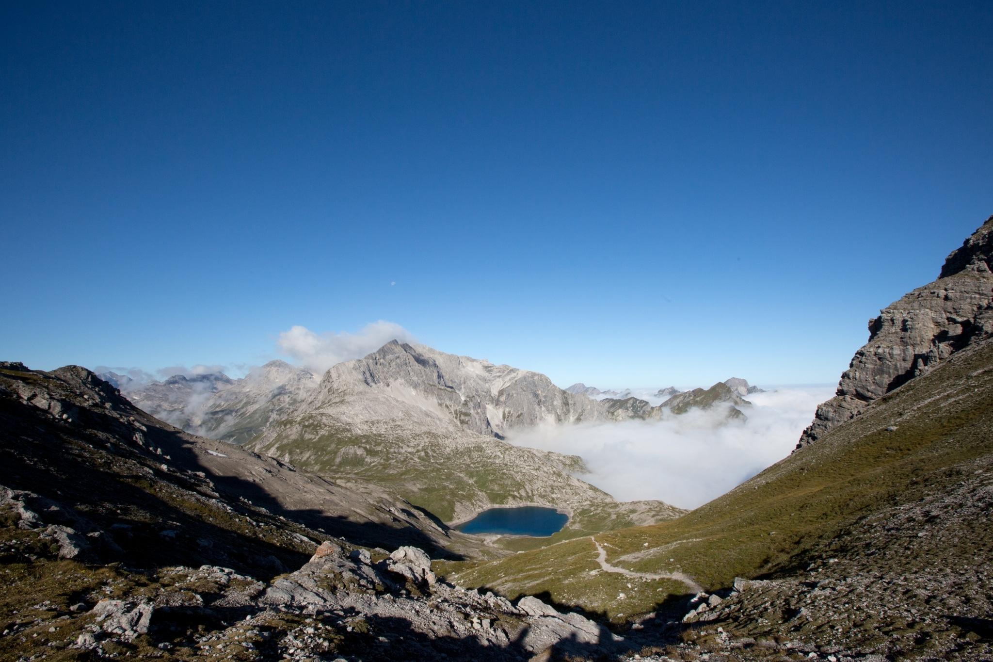 Leuchtend bunte Wälder, wärmendes Sonnenlicht und Fernsicht vom Feinsten: Der goldene Herbst ist die wohl schönste Jahreszeit zum Wandern am Arlberg.