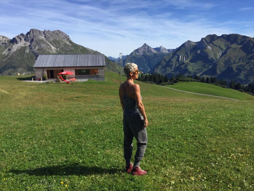 Yoga Trainerin Susanne Grässle inmitten der Bergwelt von Oberlech