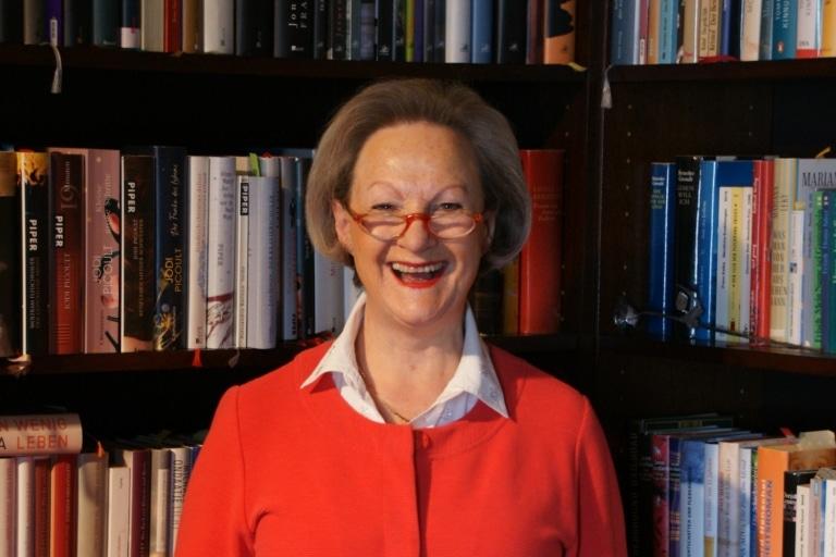 Ulrike Wolz gibt Orientierung im Dschungel der Neuerscheinungen und mach Lust auf Lesen im Literatursalon Sonnenburg